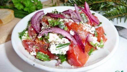 Помидорный салат с крупнозерненным творогом